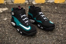 Air Griffey Max 1 %22Freshwater%22 web crop angle