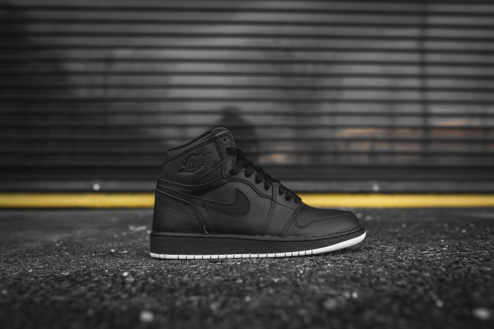 air-jordan-1-retro-high-og-perforated-575441-002-2