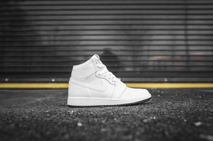 air-jordan-1-retro-high-og-perforated-575441-100-2