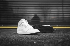 air-jordan-1-retro-high-og-perforated-575441-100-9